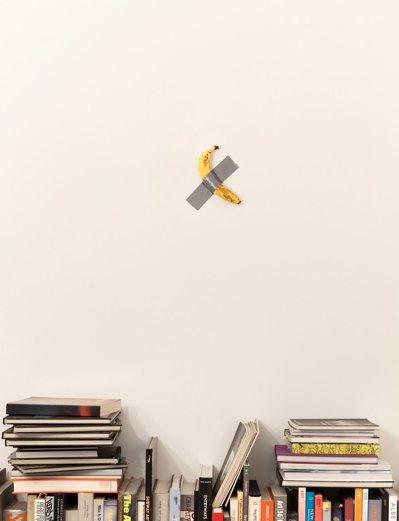義大利藝術家Maurizio Cattelan取名「Comedian」的裝置藝術...