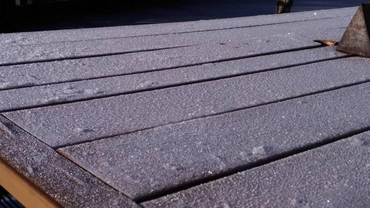 灑上「糖粉」的太平山好美,園區的桌面也結了一層薄霜。圖/羅東林管處提供