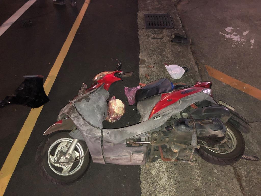 許姓男子涉嫌酒駕,逆向闖紅燈撞5輛轎車、機車造成2傷,1輛機車被正面撞飛,毀損相...