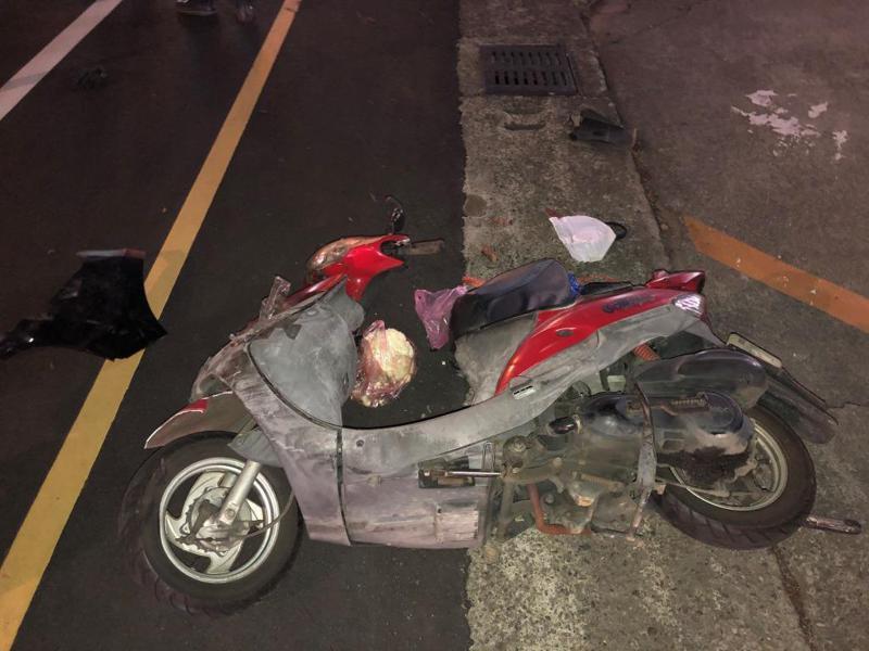 許姓男子涉嫌酒駕,逆向闖紅燈撞5輛轎車、機車造成2傷,1輛機車被正面撞飛,毀損相當嚴重。記者范榮達/翻攝