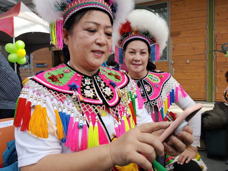 台東縣政府配合行政院原民會建置部落免費無線寬頻,今天上午舉辦開通儀式部落原住民開心的用手機上網。記者羅紹平/攝影