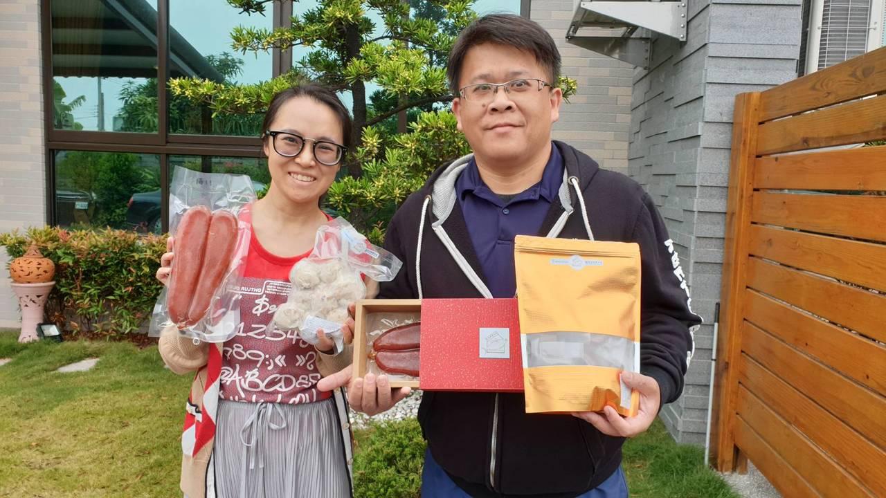 屏東東港林文豐(右)與來自四川的邵莉梅(左)結婚,前年兩人辭去大陸工作返台,將老...