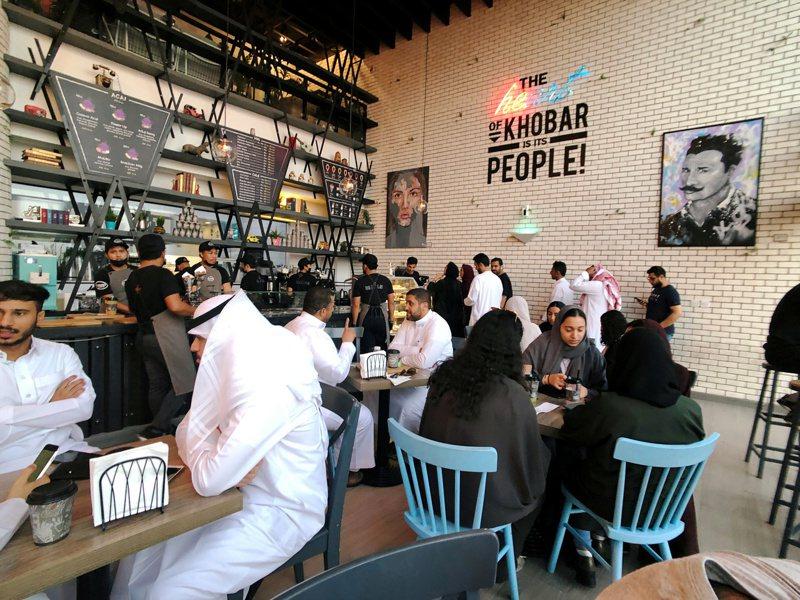 沙國胡拜爾一家新開張的咖啡店,男女同坐一室。路透