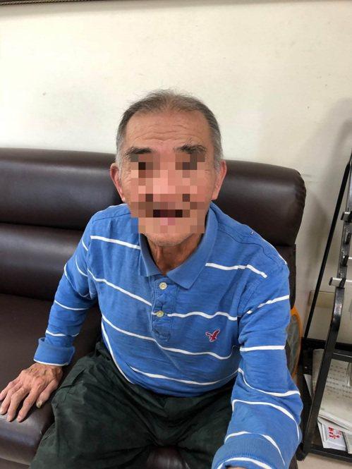 台中市廖姓老翁在去年底因迷途而警方被帶到派出所協助,當時警員順手拍下老翁相片,沒...