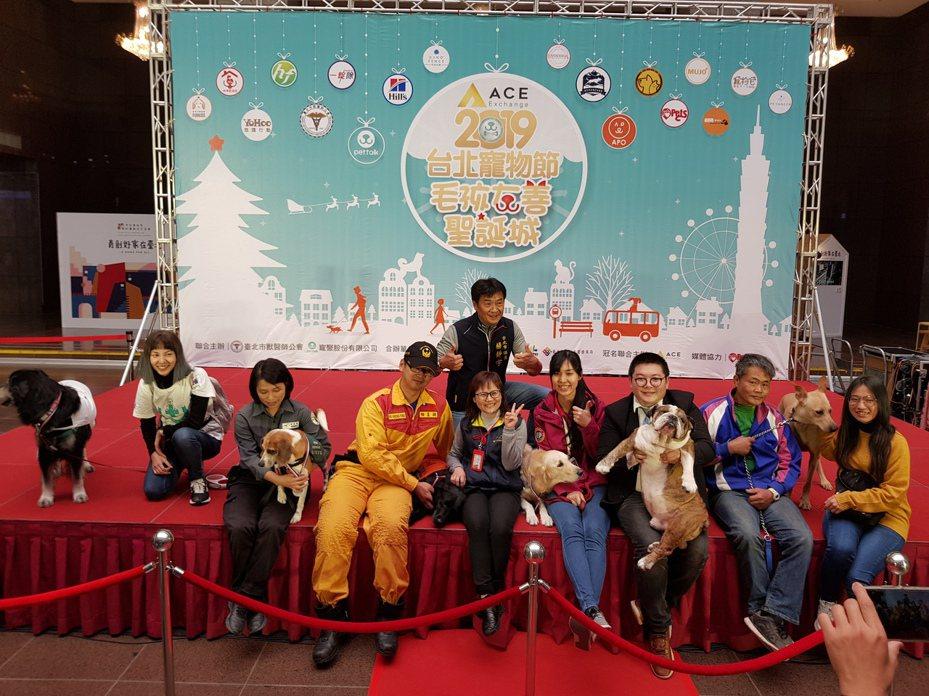 「2019台北寵物節─毛孩友善聖誕城」將於21日下午3時到晚上9時在信義廣場登場,今天由台北市長柯文哲在市府頒發感謝勳章表揚工作犬來揭開序幕。記者翁浩然/攝影