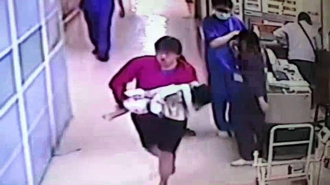 徐姓保母今年4月抱著男嬰到醫院急診,但已明顯死亡。記者林伯驊/翻攝