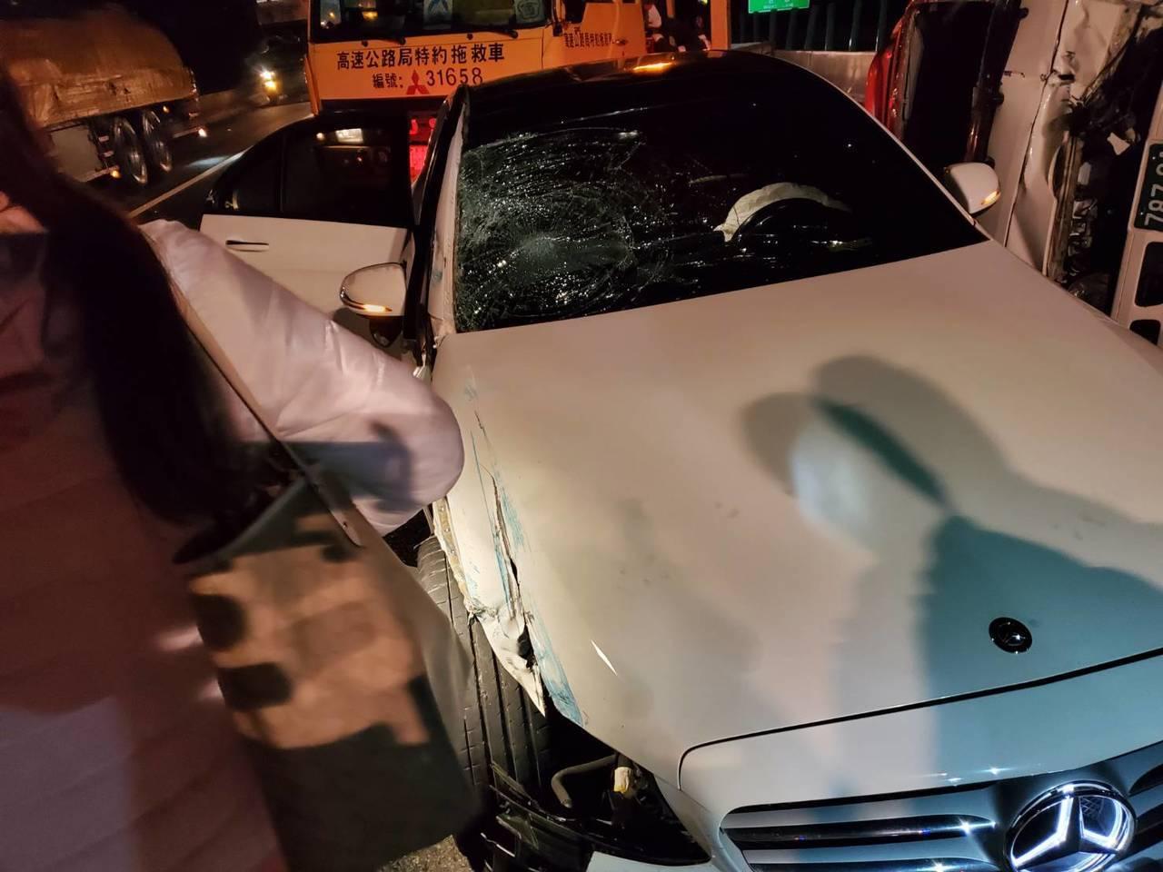 一輛賓士轎車疑未發現前方車況,且現場昏暗,直接撞上前方翻覆的貨車。記者余采瀅/翻...