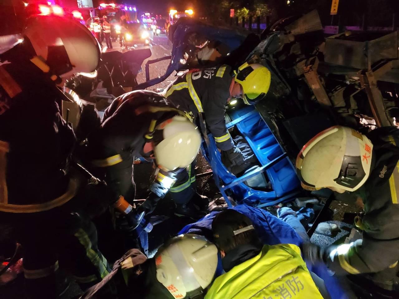 廂型車及貨車因翻覆,共3人受困在車內,消防人員趕緊使用破壞器材協助脫困。記者余采...