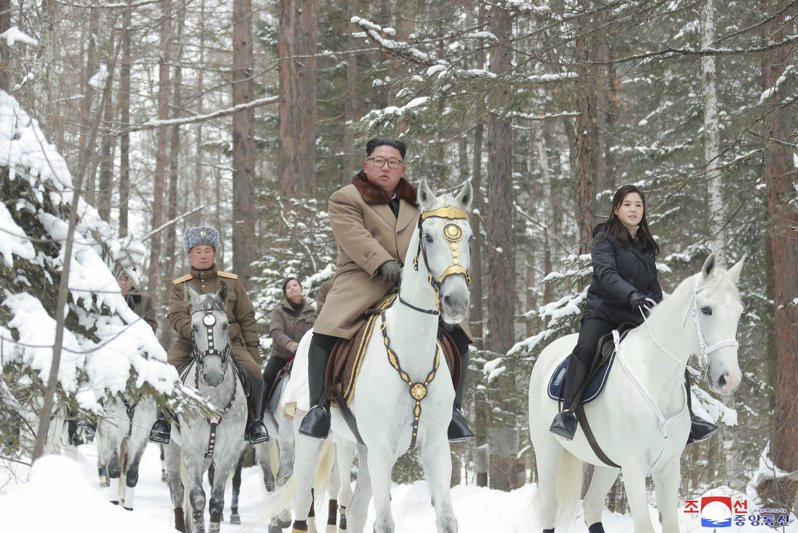 衛報評論,要避免北韓醞釀核危機,有賴國際社會做出努力,尤其是美國。圖為北韓領導人金正恩(中)與其妻李雪主(右)率將領騎馬登白頭山。美聯社