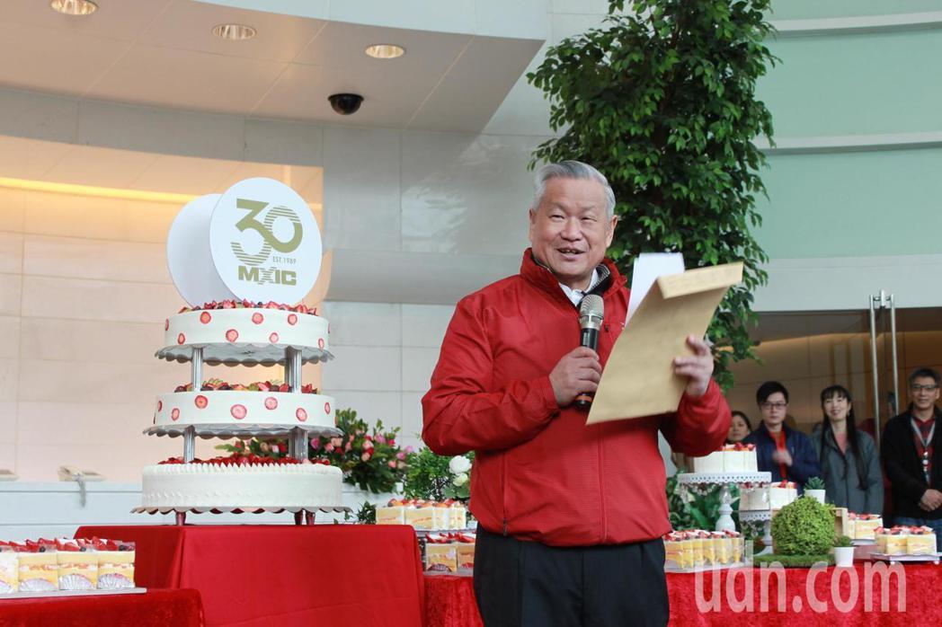 吳敏求與現場員工分享旺宏走過的10年、20年與30年的景況,感謝員工們的付出。記...