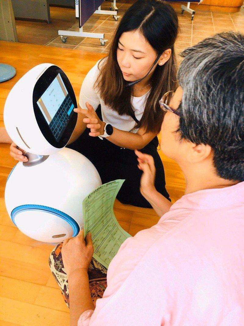 基隆市營養推廣中心營養師陳昱婷協助長輩用機器人做健康風險篩檢。圖/營養師蕭文提供