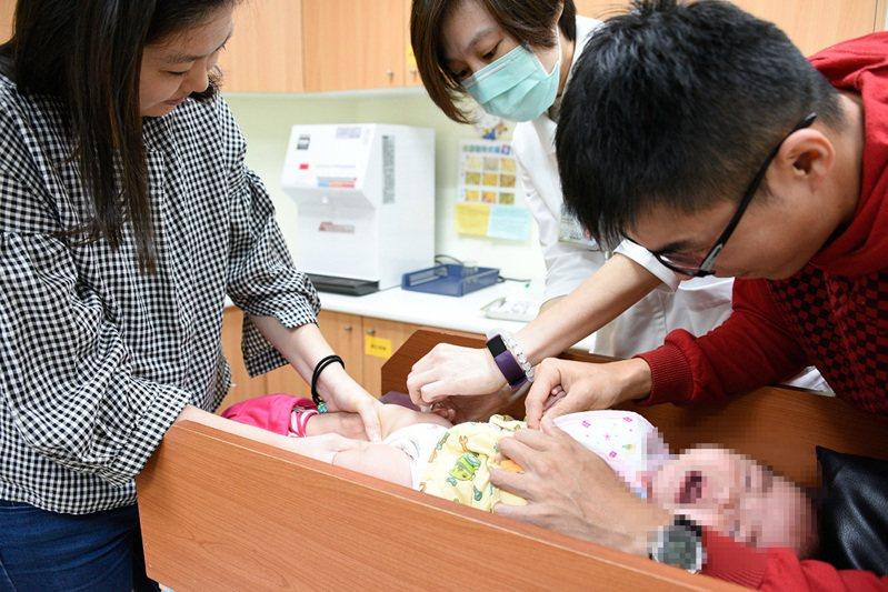 第二階段公費流感疫苗開打,周一上午醫院湧入施打人潮,父母帶著家中幼兒到醫院施打,及早獲得保護力。記者蔡容喬/攝影