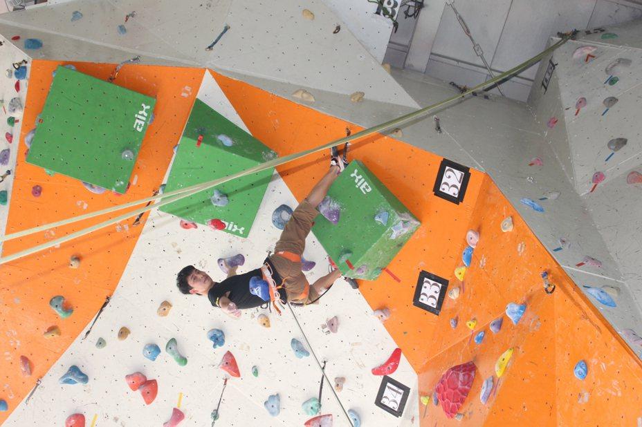 大華科大運促系大三學生林嘉翔在全國大專盃攀岩賽中,拿下男子組速度賽與男子組難度賽雙冠軍。圖為練習照。記者張雅婷/攝影