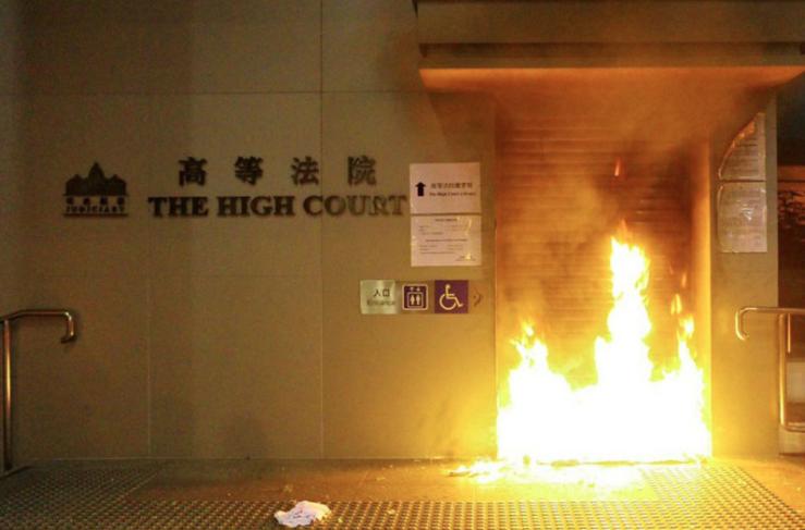 香港高院門口昨晚遭人縱火,中共官媒今天對此事件高分貝譴責。(香港城市廣播臉書照片...