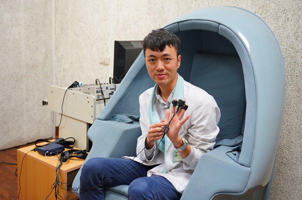 聯新國際醫院心理師曾承翔,說明生理回饋儀 檢測體溫,心跳呼吸、皮膚導電度等功能。...