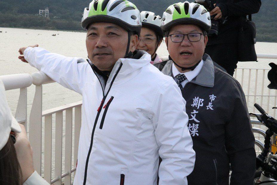 新北市長侯友宜(左)穿的白色雙H外套為挪威戶外國寶品牌,要價不菲。記者胡瑞玲/攝影