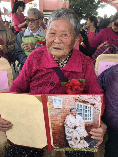 92歲的黃楊系開心展示自己的畢業照,盼能再次上學。記者黃晴雯/攝影