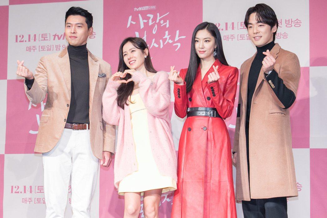 金正鉉(右)與玄彬、孫藝真一起合作。圖/Netflix提供
