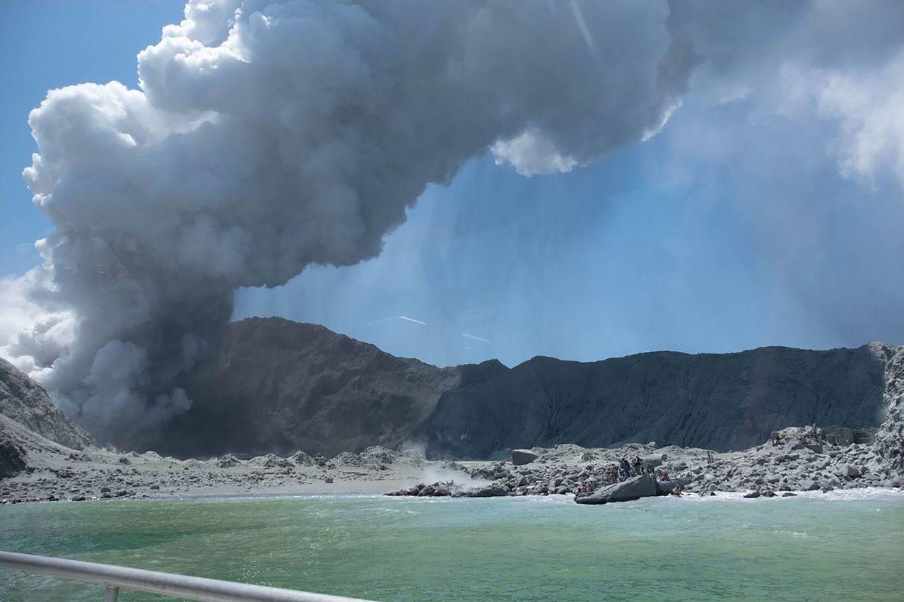 懷特島火山9日爆發,已造成5人死亡。法新社