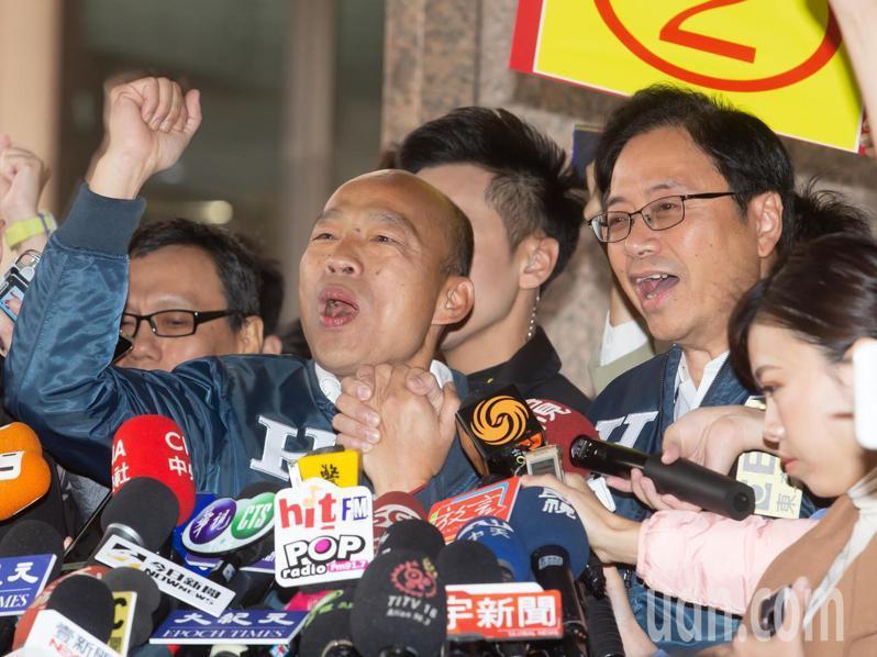 韓國瑜(左)、張善政(右)今天出席號次抽籤,抽中2號後,幕僚喊口號遭制止,兩人事後一起高唱「我們倆牽著手啊選總統」。記者季相儒/攝影
