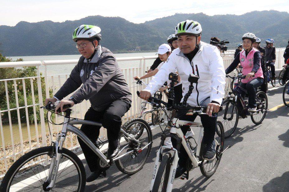連結新北、桃園兩市的大漢溪自行車道今正式開通,兩市市長前往試騎。記者胡瑞玲/攝影