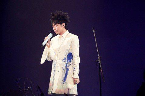 吳青峰「太空備忘記」巡演上周空降上海,家凱再度以嘉賓身分登台,兩人之間默契十足,又少不了互虧橋段,青峰說:「歌迷就愛看我們這樣啦。」也不忘感性喊話:「沒想到家凱會成為我音樂道路上最重要的人,感謝他。...