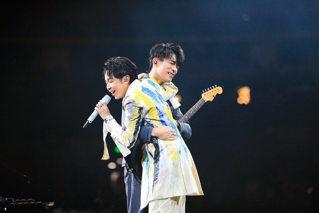 吳青峰(右)和家凱情同家人。圖/環球提供
