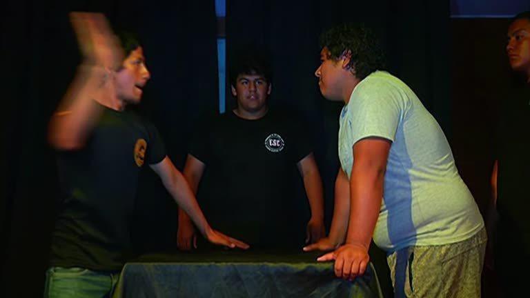 你甩我一巴掌,我打你一耳光。這是秘魯日前舉行的第一屆「甩巴掌大賽」。冠軍能抱回1...