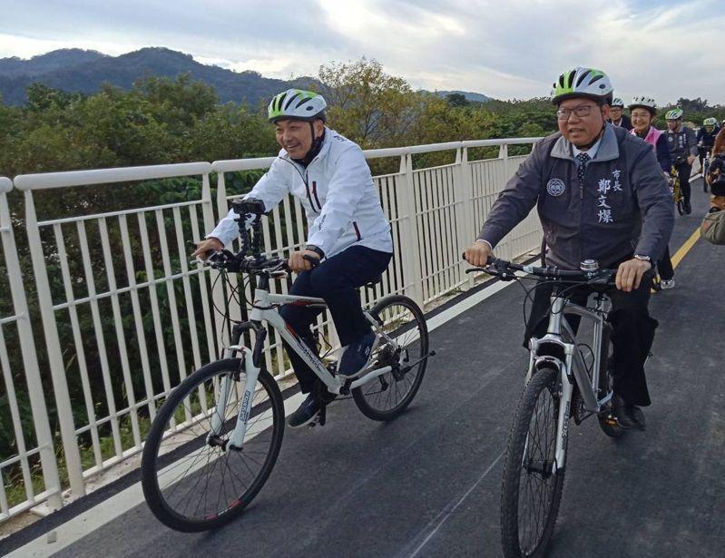 桃園市長鄭文燦(右)與新北市市長候友宜(左),今天一同騎自行車,出席「浩瀚雙輪、一騎飛揚」新北、桃園一日生活圈串聯儀式,宣布2市合作打造65公里追風自行車道。記者張弘昌/攝影