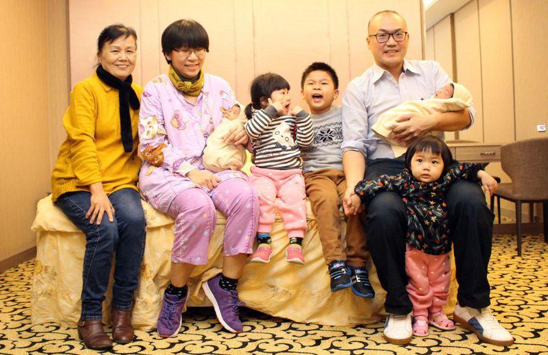 賈姓婦人(左二)從小為獨生女,少了兄弟姊妹陪伴,婚後與丈夫努力增產報國,五年生了生五個。記者王昭月/翻攝