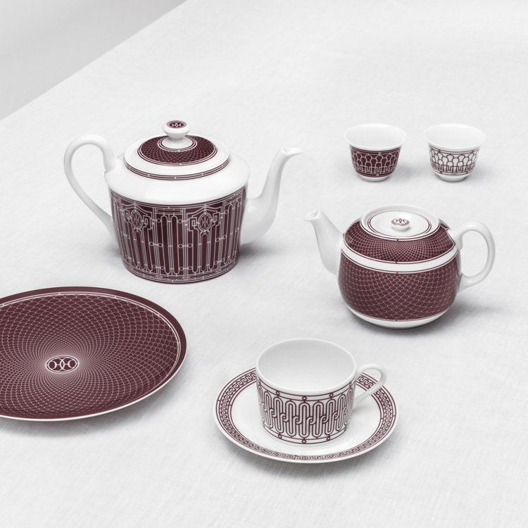 H Déco Rouge 餐瓷系列選用的是較為深沉、帶有皮革質感的紅色調搭配手工...