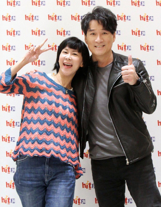 周華健(右)接受DJ阿娟訪問。圖/Hit Fm提供