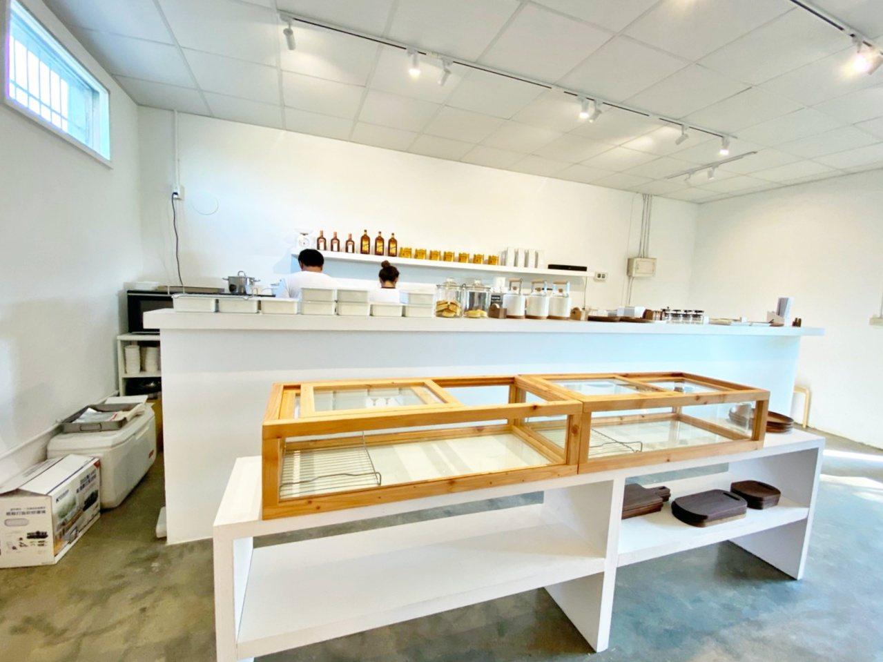 仔細一看會發現有許多老闆自造的木製道具或小物。記者魏妤庭/攝影