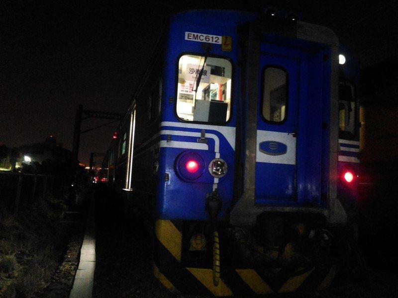 台鐵區間車行駛至台南市東區榮譽街平交道附近,發生疑似臥軌意外,一人死亡。記者黃宣翰/攝影