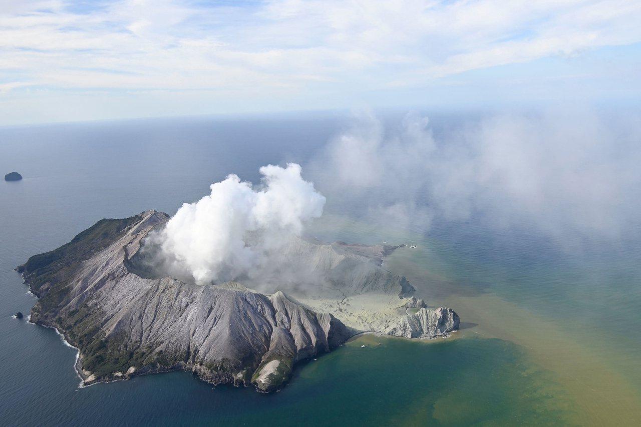 紐西蘭懷特島火山9日突然噴發,專家指出,這次噴發基本上是噴出高熱蒸氣,並非岩漿,...