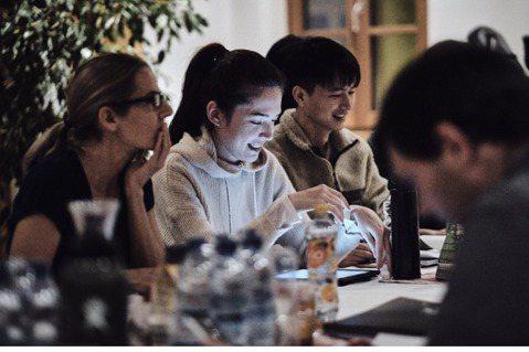 跨國合作懸疑驚悚電影「湖深之處」除了集合歐洲演員之外,台灣實力派女星許瑋甯與曹佑寧都參與這部作品的演出,兩人都在冰天雪地的奧地利小鎮進行拍攝,大量英文台詞讓兩人花了不少功夫苦練,許瑋甯還在冰天雪地中...