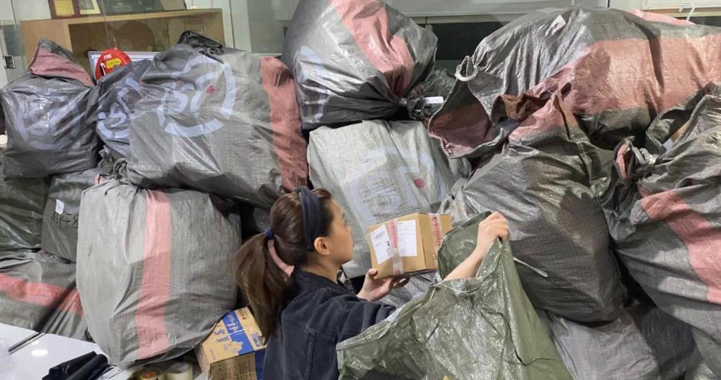 粉絲寄給高以翔的追悼紙鶴堆成山。圖/傑星提供