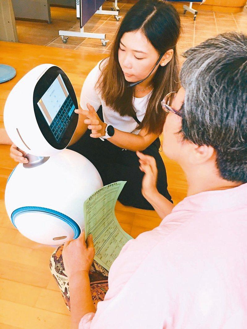 基隆市營養推廣中心營養師陳昱婷指出,機器人可協助長輩評估健康風險。 圖/營養師蕭文提供