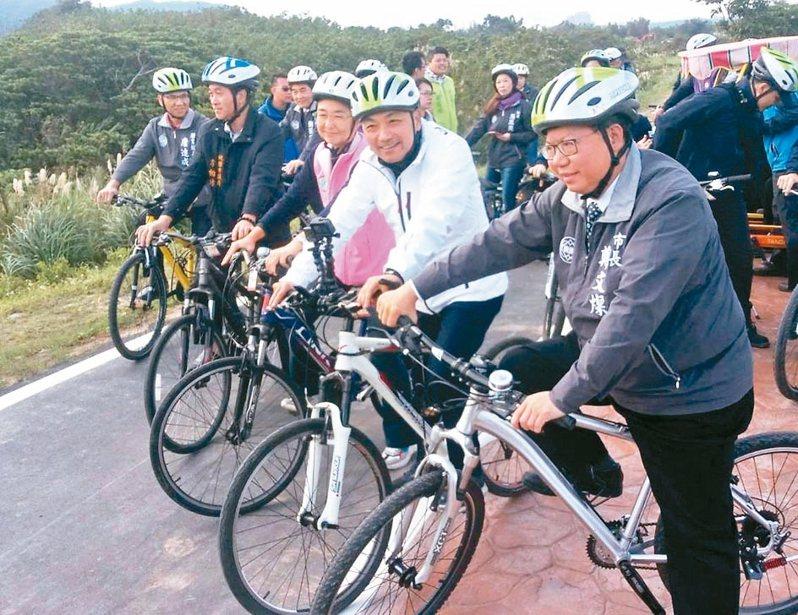 桃園市長鄭文燦(前排右一)與新北市長侯友宜(前排右二),昨一同騎自行車,出席「浩瀚雙輪、一騎飛揚」新北、桃園一日生活圈串連儀式,宣布2市合作打造65公里追風自行車道。 記者張弘昌/攝影