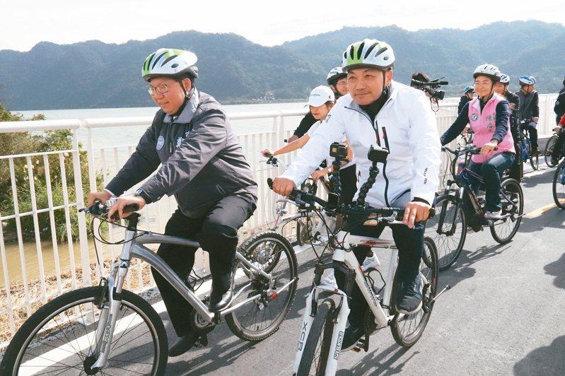 連結新北、桃園的大漢溪自行車道開通,新北市長侯友宜(前右)及桃園市長鄭文燦(左)昨試騎。 記者胡瑞玲/攝影