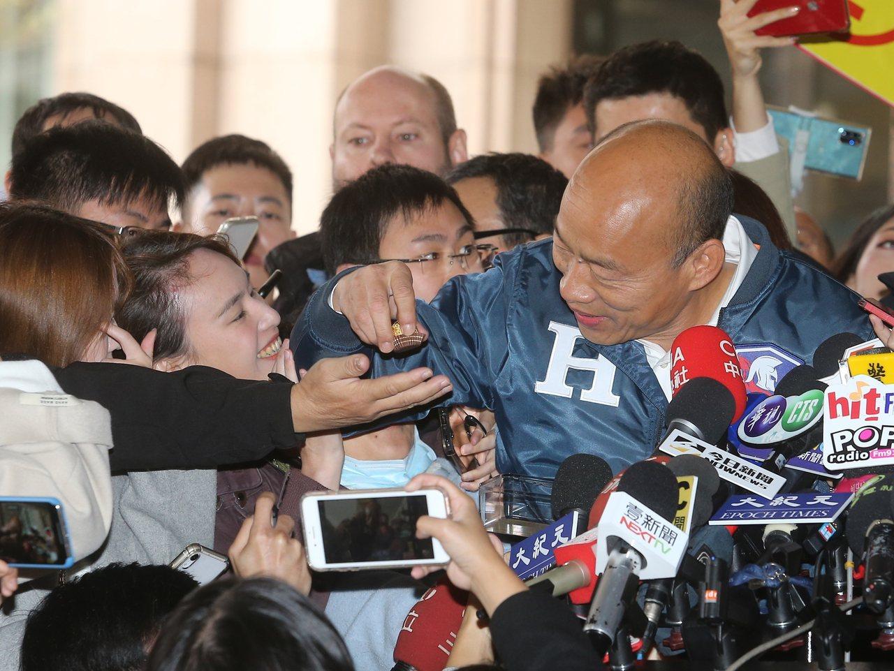 國民黨總統候選人韓國瑜昨天抽籤決定大選號次後,發給支持者巧克力。記者季相儒/攝影