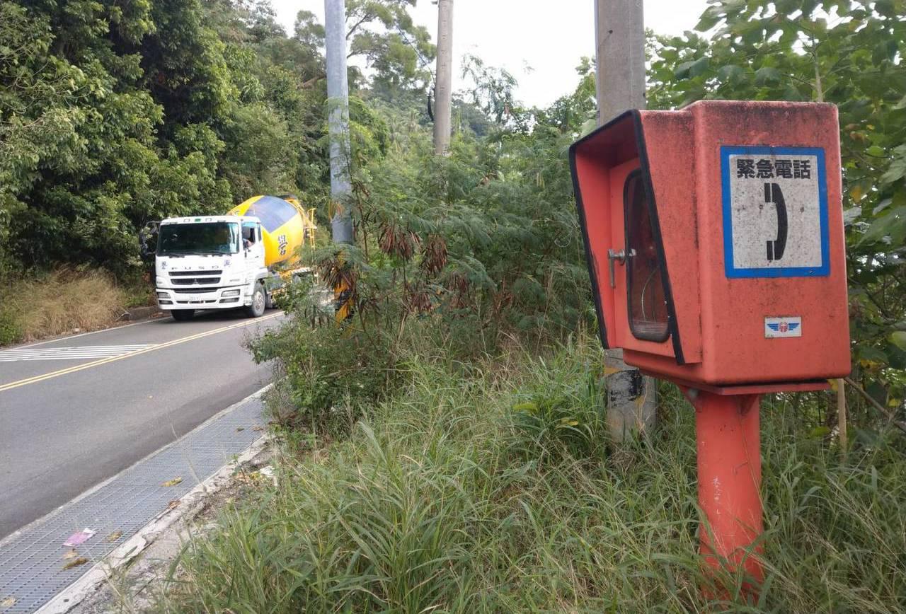 公路總局在南迴公路台東段設置25處「緊急電話亭」,一旦發生道路重大災害及交通事故...