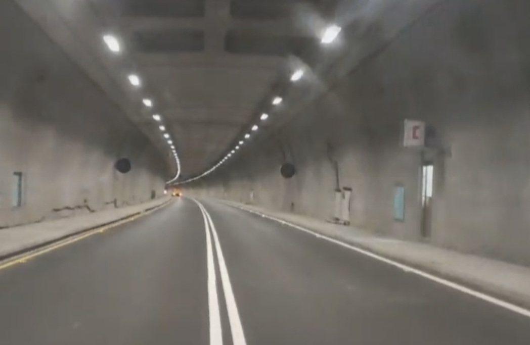 12月20日預計草埔隧道全線通車,基於行車安全考量,全長4.6公里的隧道,公路總...
