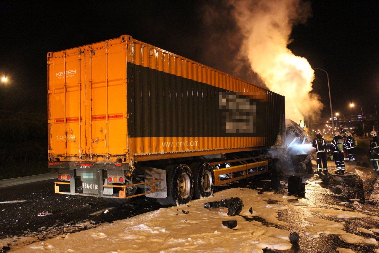 歐男駕駛物流貨櫃車不明原因追撞前車。記者曾健祐/翻攝