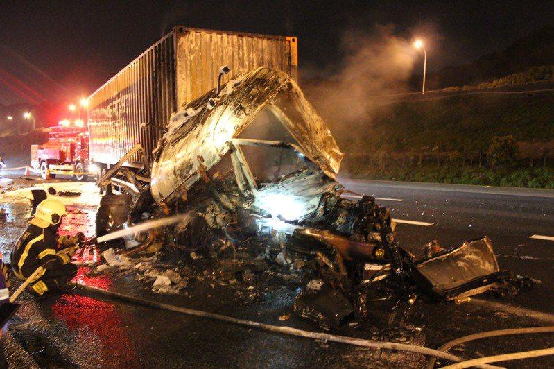 貨櫃車車頭燒毀,司機歐男的妻子邱女和1歲10個月女兒被燒死。記者曾健祐/翻攝