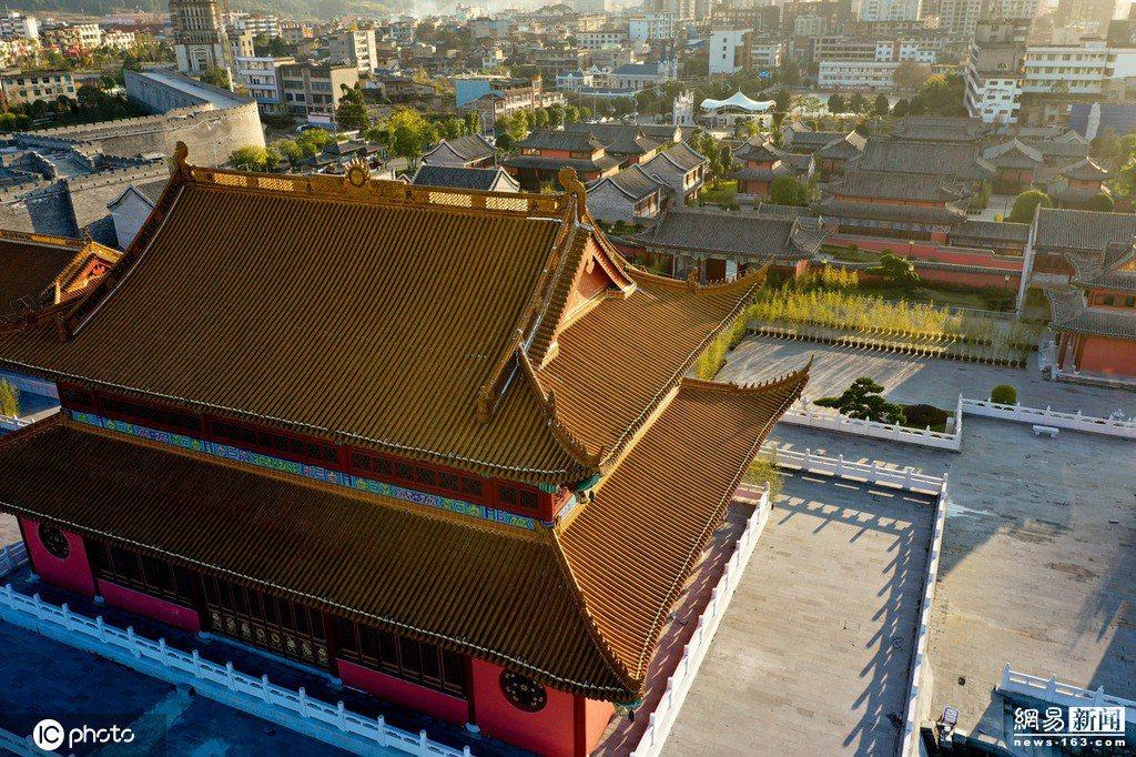 這座山寨紫禁城在城牆內有三座赤牆黃瓦的大殿,數十棟青磚黛瓦、古樸俊秀的仿古建築縱...