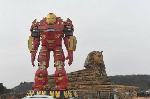 安徽省滁州市南譙區出現了山寨獅身人面像與高大的鋼鐵俠,形成了傳統與現代的強烈對比...