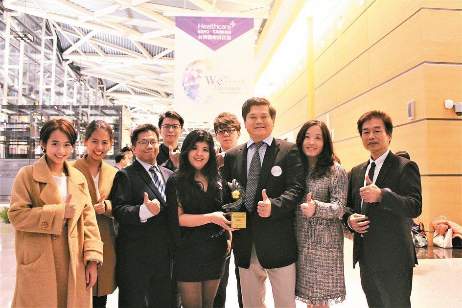 寶億生技總經理顏妙娟(中)與團隊代表領獎。 李憶伶/攝影