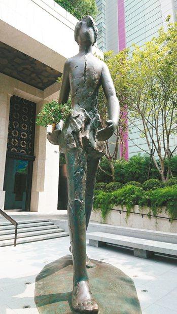 聯聚中雍大廈打造了一尊高6.8公尺、重1.3噸的青銅人行雕塑,傳達出勇往直前的台...