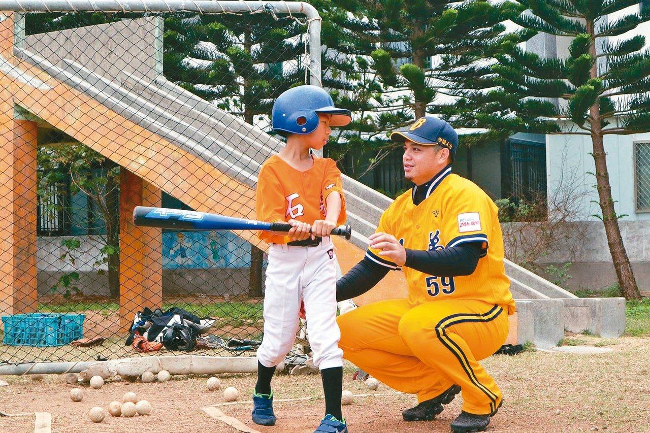 中信金控將再次推出「一日教練」活動,指導少棒小球員基礎打擊與守備動作,鼓勵愛打棒...